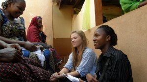 Kimi (right) talks with young mums at a health clinic in Nigeria
